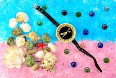 Раковины и компас моря на голубом розовом соли Стоковые Изображения RF