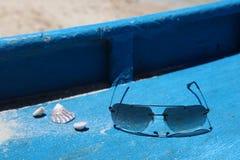 Раковины и стекла солнца на шлюпочной палуба, острове Boracay, Филиппинах Стоковые Фотографии RF