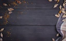 раковины моря и полотенце на черной деревянной таблице, верхней части Стоковые Изображения
