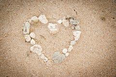 раковины формы океана сердца пляжа предпосылки Стоковые Изображения