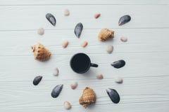 Раковины чашки кофе и моря на белой предпосылке Стоковое Изображение RF