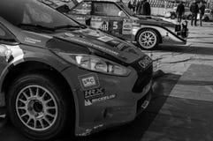 Ралли гоночного автомобиля ФИЕСТЫ R5 ФОРДА оранжевое старое в старом ралли гоночного автомобиля СКАЗАНИЕ 2017 Стоковые Фотографии RF