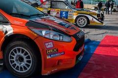 Ралли гоночного автомобиля ФИЕСТЫ R5 ФОРДА оранжевое старое в старом ралли гоночного автомобиля СКАЗАНИЕ 2017 Стоковое Изображение RF