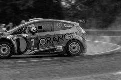 Ралли гоночного автомобиля ФИЕСТЫ R5 ФОРДА оранжевое старое в старом ралли гоночного автомобиля СКАЗАНИЕ 2017 Стоковое Фото