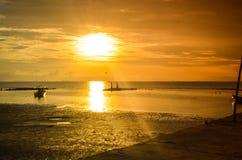 драматический и красочный пляж захода солнца во время отлива стоковые изображения