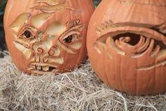 2 драматических тыквы хеллоуина на связке соломы Стоковое фото RF