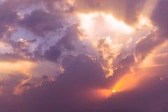 драматическое небо вечера Стоковые Фото
