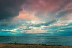 драматическо над небом моря стоковая фотография