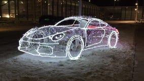 Рамка автомобиля с мигающими огнями на ноче на улице холодный снежок Санта Клаус управляет абстрактным автомобилем Christmass нов сток-видео