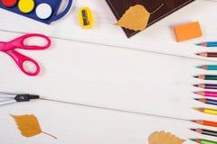 Рамка аксессуаров школы, книги и осенних листьев на досках, назад к школе Стоковая Фотография RF