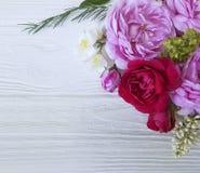 Рамка букета роз красивая на белой деревянной предпосылке Стоковое Изображение