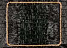 Рамка веревочки, лож на предпосылке черного leathe крокодила Стоковое Изображение RF