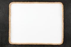 Рамка веревочки, лож на предпосылке черной естественной кожи Стоковое фото RF