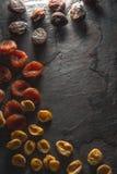 Рамка высушенных высушенных абрикосов на левой стороне Стоковое фото RF