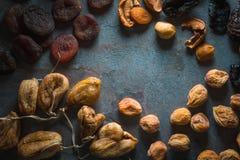 Рамка высушенных абрикосов, смокв и груш плодоовощей высушенных Стоковое Изображение RF