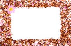 Рамка высушенных одичалых лепестков розы и зерен чая на белой предпосылке, космосе экземпляра для текста Стоковые Изображения