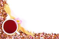 Рамка высушенных одичалых лепестков розы и зерен чая, чашки чаю, космоса экземпляра для текста Стоковое Изображение RF