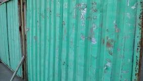 Рамка в движении вдоль зеленой и серой сломленной загородки конструкции металла видеоматериал