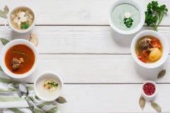 Рамка горячих супов на белом деревянном открытом космосе Стоковая Фотография