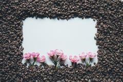 Рамка гравия с розовыми цветками стоковые изображения rf