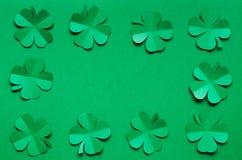 Рамка границы листьев shamrock клевера изумрудно-зеленой бумаги Стоковое Фото