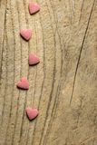 Рамка границы от розового сахара брызгает конфеты разбросанные на выдержанную деревянную предпосылку Призрение дня рождения вален Стоковые Фото