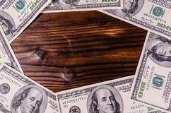 Рамка 100 долларов счетов на деревянном столе Взгляд сверху Стоковая Фотография RF