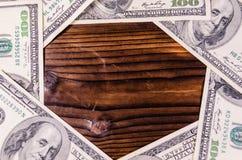 Рамка 100 долларов счетов на деревянном столе Взгляд сверху Стоковое Изображение