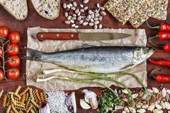Рамка еды, здоровый комплект еды, продукты, полезные, омега 3, рыбы, бобы, зеленые цвета стоковое изображение