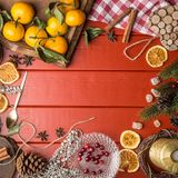 Рамка еды рождества на красное деревянном Стоковое Изображение