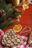 Рамка еды рождества на красное деревянном Стоковая Фотография