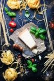 Рамка еды, итальянская предпосылка еды, здоровая концепция еды или ингридиенты для варить макаронные изделия на винтажной предпос Стоковое Изображение