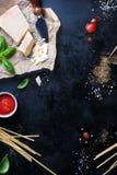 Рамка еды, итальянская предпосылка еды, здоровая концепция еды или ингридиенты для варить макаронные изделия на винтажной предпос Стоковая Фотография