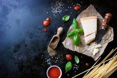Рамка еды, итальянская предпосылка еды, здоровая концепция еды или ингридиенты для варить макаронные изделия на винтажной предпос Стоковая Фотография RF