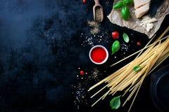 Рамка еды, итальянская предпосылка еды, здоровая концепция еды или ингридиенты для варить макаронные изделия на винтажной предпос Стоковые Изображения