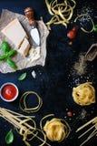 Рамка еды, итальянская предпосылка еды, здоровая концепция еды или ингридиенты для варить макаронные изделия на винтажной предпос Стоковые Фото
