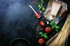 Рамка еды, итальянская предпосылка еды, здоровая концепция еды или ингридиенты для варить макаронные изделия на винтажной предпос Стоковое фото RF