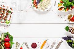 Рамка еды на белом деревянном столе, открытом космосе Стоковое Изображение RF