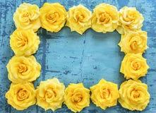 Рамка желтых роз на предпосылке golbuom старой треснутой надписи Стоковая Фотография RF