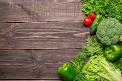 Рамка зеленых и красных свежих овощей на деревянной предпосылке, взгляде сверху стоковые фотографии rf