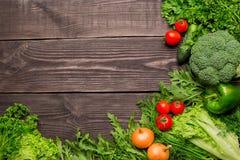 Рамка зеленых и красных свежих овощей на деревянной предпосылке, взгляде сверху, космосе экземпляра стоковая фотография rf
