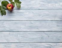 Рамка зеленых листьев и яблока на деревянных винтажных досках скопируйте космос стоковое фото rf