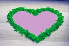 Рамка зеленого confetti - форма сердца Розовый космос экземпляра, предпосылка Стоковые Изображения RF