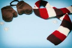 Рамка зимы с mittens, шарфом и малыми снежинками Стоковая Фотография