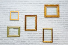 Рамка золота на кирпичной стене стоковое фото rf