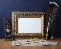 Рамка золота изображения и ручка quill Стоковое Фото