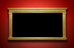 Рамка золота на стене галереи стоковые изображения rf