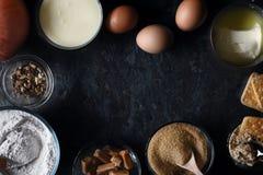Рамка ингридиентов для торта сброса тыквы на темном каменном взгляд сверху предпосылки Стоковое Фото