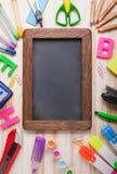 Рамка канцелярских принадлежностей установленная на деревянной таблице стоковые изображения rf