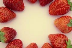 Рамка клубник круглая с космосом экземпляра Плоское положение, взгляд сверху ягод лета свежих на розовой предпосылке стоковое изображение rf